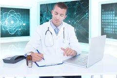 Samengesteld 3d beeld van het mannelijke arts schrijven terwijl het zitten door bureau Royalty-vrije Stock Foto's