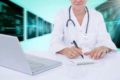 Samengesteld 3d beeld van midsection van vrouwelijk arts het schrijven voorschrift bij bureau Royalty-vrije Stock Foto