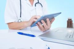 Samengesteld 3d beeld van midsection van vrouwelijke arts die digitale tablet gebruiken Stock Foto