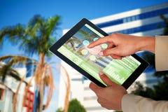 Samengesteld 3d beeld van onderneemster die digitale tablet gebruiken Royalty-vrije Stock Foto