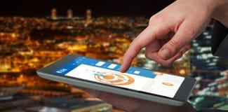Samengesteld 3d beeld van onderneemsterhand die digitale tablet gebruiken Stock Foto