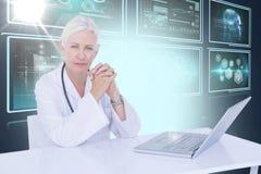 Samengesteld 3d beeld van portret van zekere vrouwelijke arts met laptop op bureau Stock Foto's