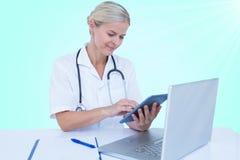 Samengesteld 3d beeld van vrouwelijke arts die digitale tablet gebruiken Royalty-vrije Stock Foto's