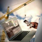 Samengesteld 3d beeld van zakenman die mobiele telefoon en laptop met behulp van Royalty-vrije Stock Fotografie