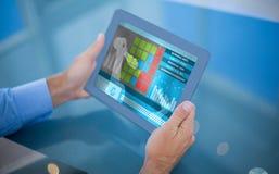 Samengesteld 3d beeld van zakenman die zijn tablet gebruiken Stock Fotografie