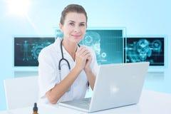 Samengesteld 3d beeld van zekere vrouwelijke arts met laptop op lijst Stock Foto's