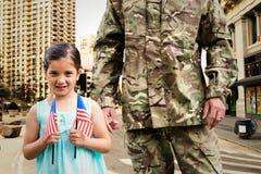 Samengesteld die beeld van militair met zijn dochter wordt herenigd Stock Foto