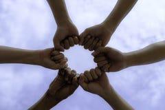 samenhorigheid, team, unie, mensen en gebaarconcept - sluit omhoog royalty-vrije stock afbeeldingen