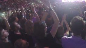 Samenhorigheid van mensen die overleg van atmosfeer genieten Applaus aan populaire zanger stock video