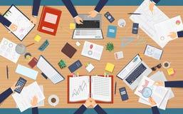 Samenkomende hoogste mening Zakenliedenberoeps die bij lijst zitten die administratie maken die documenten analyseren bij compute stock illustratie