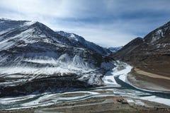 Samenloop van de rivier van Zanskar en Indus-in de winter in Leh stock foto's