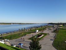 Samenloop van de rivieren Volga en Kotorosl parkland ` Strelka `, Yaroslavl Stock Foto