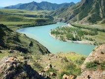 Samenloop van rivieren Chuya en Katun stock foto
