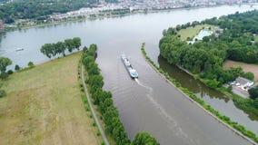 Samenloop van rivieren Rijn en Belangrijkst, Kostheim, Duitsland - luchtmening stock videobeelden