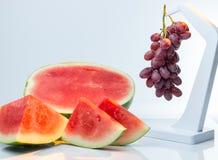 Samenlose saftige Wassermelone und Trauben Stockbild