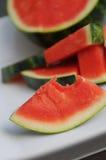 Samenlose Wassermelone auf weißer keramischer Servierplatte Stockbilder