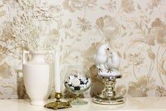 samenstelling Bloemen, kandelaar en beeldje van twee duiven royalty-vrije stock afbeeldingen