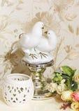samenstelling Bloemen, kandelaar en beeldje van twee duiven royalty-vrije stock afbeelding