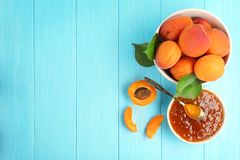 Samenstelling met abrikozenjam in kom Stock Fotografie