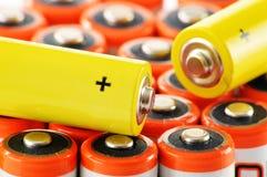 Samenstelling met alkalische batterijen Chemisch afval Stock Foto's