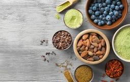 Samenstelling met assortiment van superfoodproducten i Stock Foto