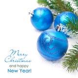 Samenstelling met blauwe Kerstmisballen en nette takken Stock Foto