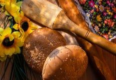 Samenstelling met bloemen, koekjes en een deegrol royalty-vrije stock afbeeldingen