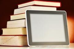 Samenstelling met boeken en tabletcomputer op de lijst Stock Afbeelding