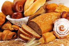 Samenstelling met brood en broodjes in rieten mand, combinatie zoete broden en gebakjes voor bakkerij of markt met tarwe Stock Foto's