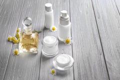 Samenstelling met cosmetischee producten en verse kamillebloemen Stock Foto