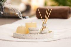 Samenstelling met de verfrissing, de kaarsen en de stenen van de rietlucht op massagelijst royalty-vrije stock fotografie