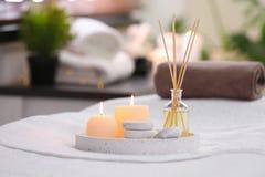 Samenstelling met de verfrissing, de kaarsen en de stenen van de rietlucht op massagelijst stock fotografie