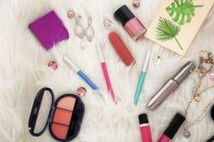 Samenstelling met decoratieve schoonheidsmiddelen en toebehoren op pluizig tapijt, hoogste mening stock foto