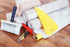 Samenstelling met diverse hulpmiddelen voor huisreparatie en broodjes van behang Royalty-vrije Stock Foto