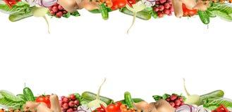 Samenstelling met diverse types van groenten in het hogere en lagere deel van het kader Ge?soleerd op wit Plaats voor tekst stock foto