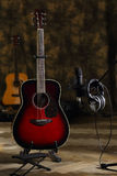 Samenstelling met een gitaar en de microfoon Stock Afbeelding