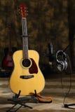 Samenstelling met een gitaar en de microfoon Royalty-vrije Stock Afbeelding