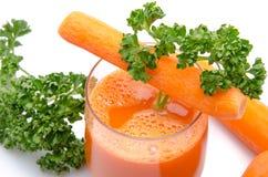 Samenstelling met een glas wortelsap, verse wortelen en pari Stock Fotografie