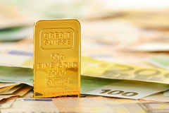 Samenstelling met Euro bankbiljetten en gouden staaf Stock Foto