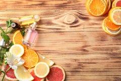 Samenstelling met flessen citrusvruchtenetherische oliën op lijst royalty-vrije stock foto's