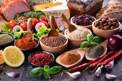 Samenstelling met geassorteerde natuurvoedingproducten op de lijst Stock Foto