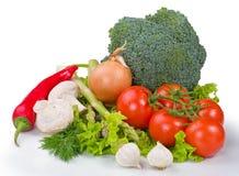 Samenstelling met geassorteerde ruwe organische groenten op een witte rug Stock Afbeeldingen