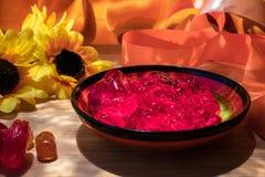 Samenstelling met geleibloemen en linten, met zonlicht royalty-vrije stock afbeelding