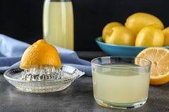 Samenstelling met glas vers gedrukt citroensap stock afbeelding