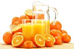 Samenstelling met glazen jus d'orange en vruchten Stock Foto