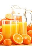 Samenstelling met glazen jus d'orange en vruchten Stock Afbeelding