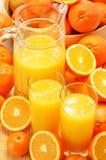 Samenstelling met glazen jus d'orange en vruchten Stock Afbeeldingen