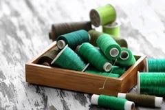 Samenstelling met groene naaiende draden in doos Royalty-vrije Stock Foto's
