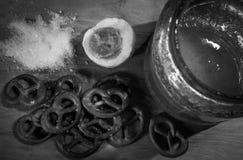 Samenstelling met honing en gebakjes Royalty-vrije Stock Afbeeldingen