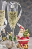 Samenstelling met Kerstmisdecoratie en glazen met fonkelende champagne worden gevuld die nieuw jaar, lijstthema horizontale menin royalty-vrije stock foto